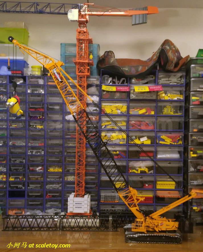 金属镂空步道板可以翻起,前后左右共有4片。步道板前面可以进一步安装扶梯,金属制。 车体上的配重在出厂时已经装配好。  回转平台的细节丰富,液压管线众多。桁架上的卷扬伸出六组管线需要连接到旋转平台上。 这些细节至今后无来者。  操控室同样精细。内部座椅,操控面板展现齐全,门可以滑移,背部警示标识清晰。操控室顶部的雨刮可以拨动,这个细节,如果我记得没错的话,就连YCC也只是在最新的LTM1400才有所体现。同样的,操控室有管线需要连接到旋转平台。非TWH的工程模型,我没有看到过类似的制作。   回转平台的侧面