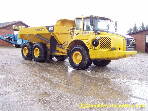 1:50 MOTORART 沃尔沃 A25D 矿山自卸车 测评 铰接式卡车是采矿业和各行业大规模建设中一种通用性很强的土石方运输机械,由于结构的特殊性,它能适应恶劣的气候、极差的地形以及具有高的可用性。  沃尔沃A25系列(A25、A30、A35、A40)是斗容最小的一款,最新为A25F,不过只有A40F出了模型。沃尔沃铰接式卡车一大特色是,前格栅可向前90度转作为梯子,这在模型上得到了体现。由 MOTORART 出品,1:50的比例。漆面上乘,细节不错。闲话少说,上图:  侧面照,沃尔沃黄色搭配灰色的漆